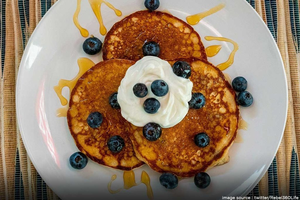 pancakes made from 2 banana and eggs